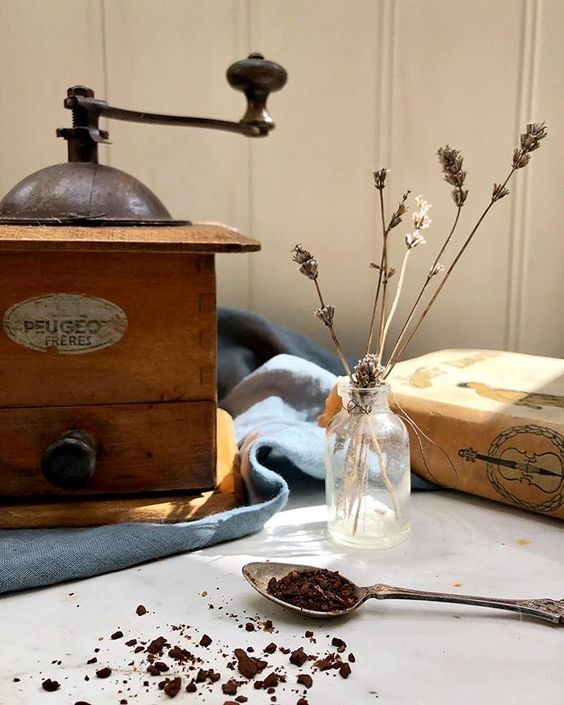 20 of the best vintage interiors in the UK. Vintage accessories and tea leaves